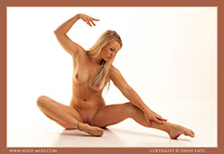 nude-muse_harper_total_nudity_vid_thm