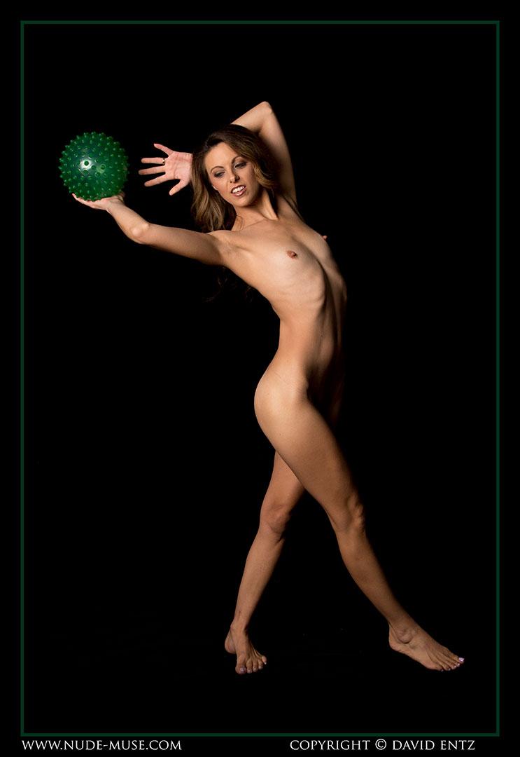 nude-muse_miranda_green_ball001