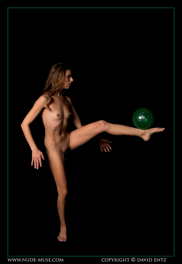 nude-muse_miranda_green_ball004