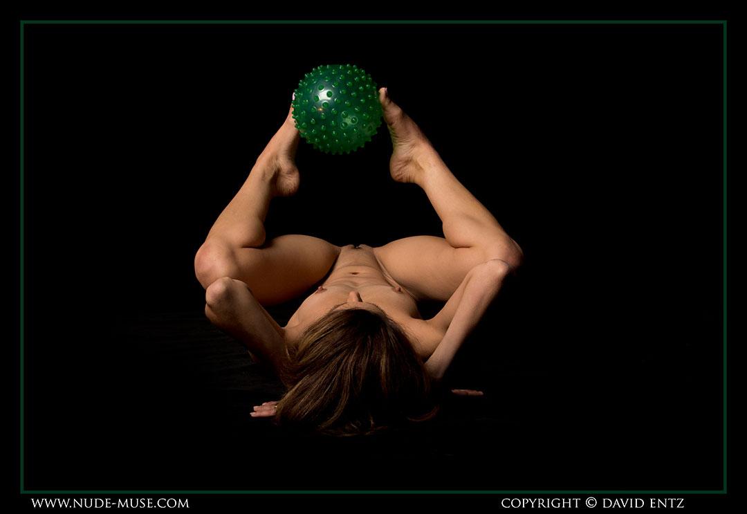 nude-muse_miranda_green_ball048