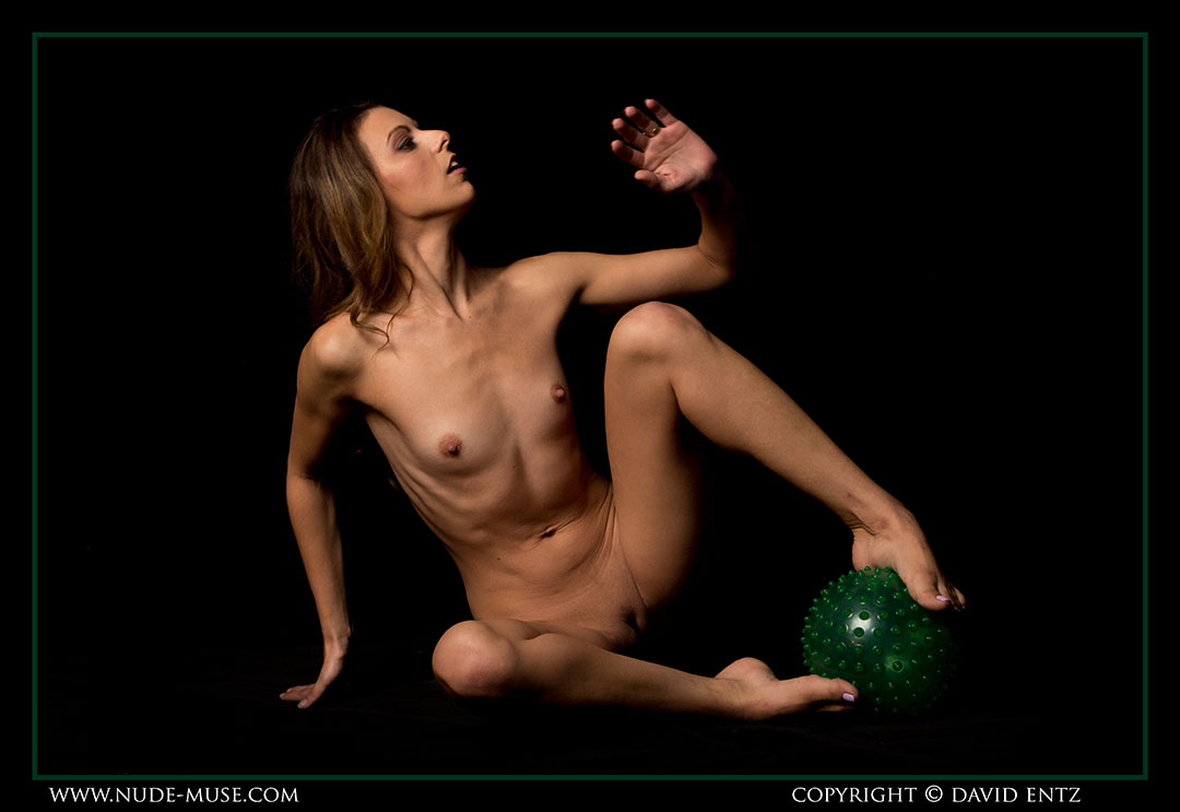 nude-muse_miranda_green_ball057