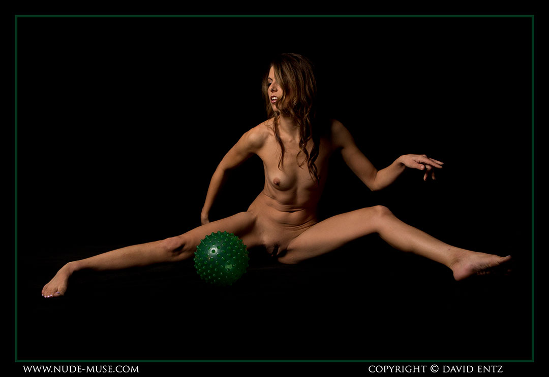 nude-muse_miranda_green_ball074