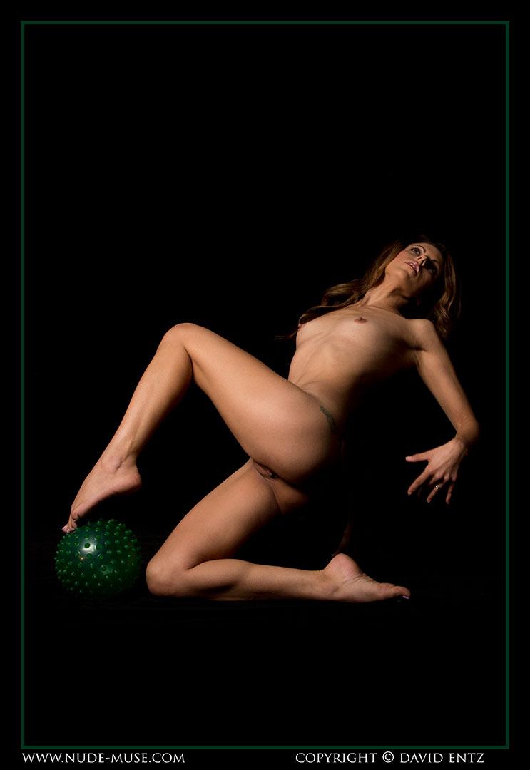 nude-muse_miranda_green_ball084