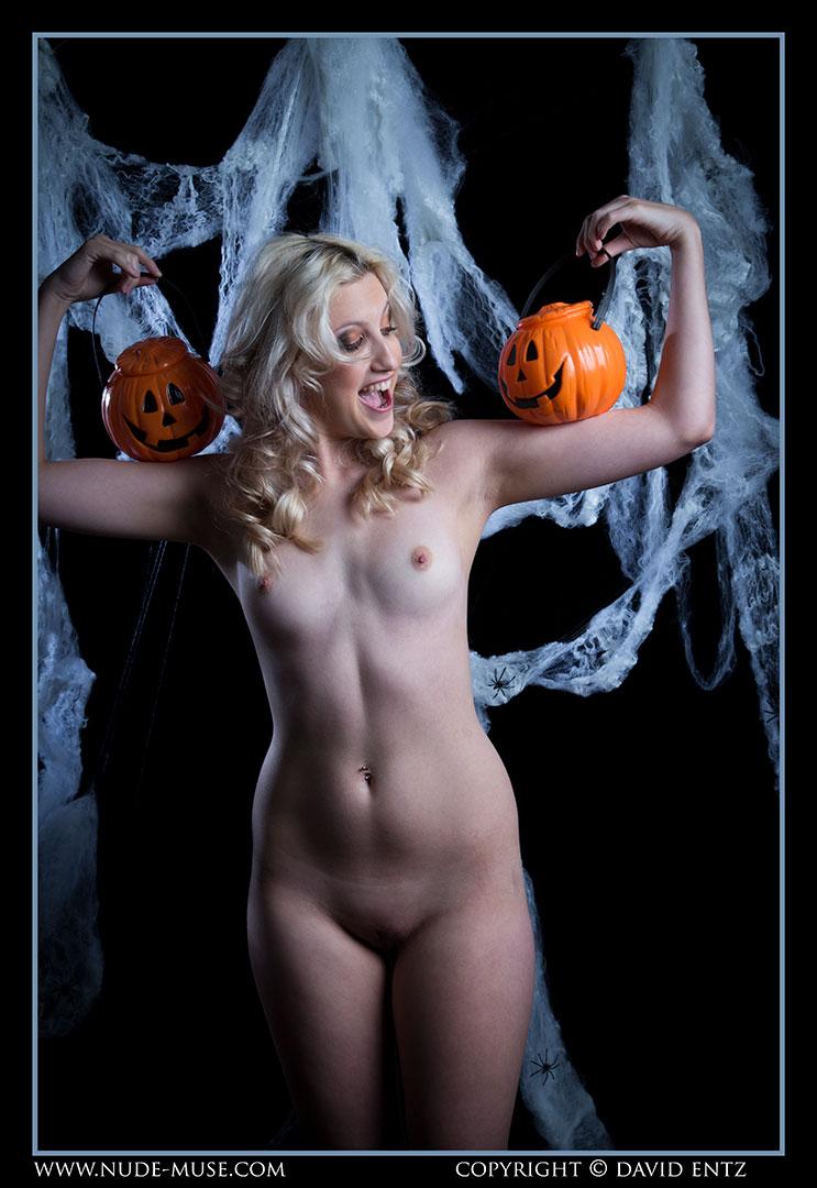 nude-muse_zoe_halloween_nude005