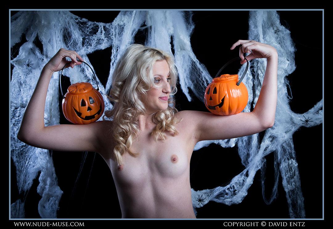 nude-muse_zoe_halloween_nude006