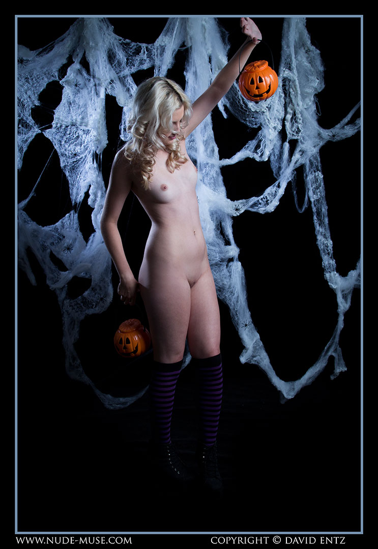nude-muse_zoe_halloween_nude008