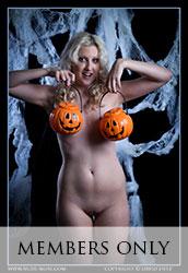 nude-muse_zoe_halloween_nude012m