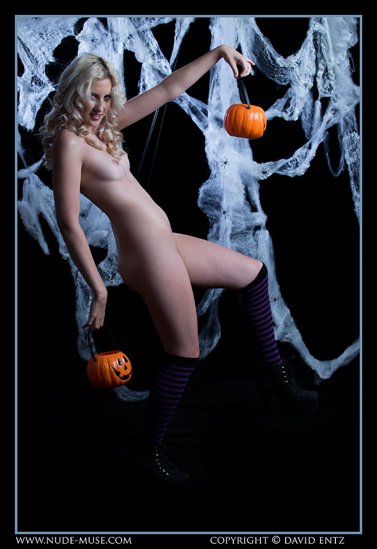 nude-muse_zoe_halloween_nude019
