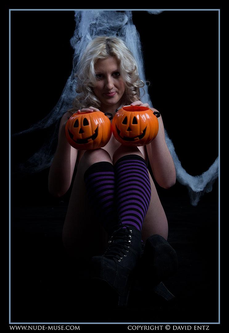 nude-muse_zoe_halloween_nude041