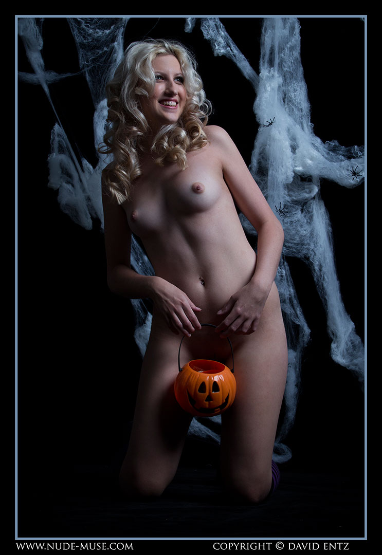 nude-muse_zoe_halloween_nude066