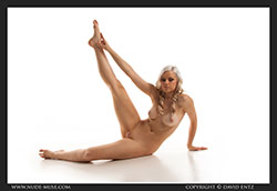 nude-muse_charlie-v_nude_symmetry_vid_thm